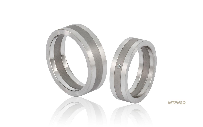 Edelstalen trouwringen met titaium en een diamant van 0,01 crt vvs topwesselton