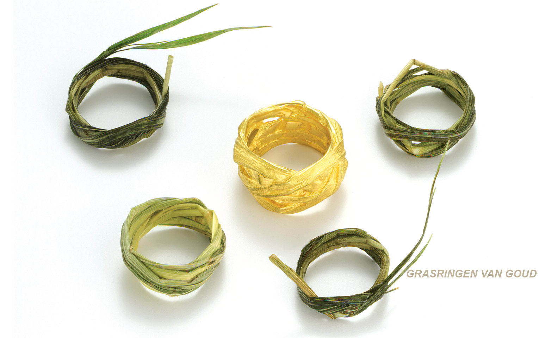 trouwringen van gevlochten gras op een natuurlijke manier en gemaakt in goud