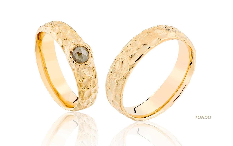 Organische trouwringen van goud met roosdiamant