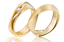 14 krt geelgouden matte trouwringen met diamant