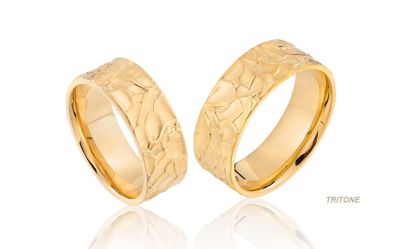 Brede trouwringen in organische stijl in 14 karaat goud