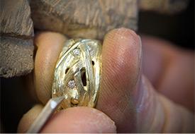 Reparen van een goudenring