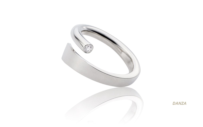 14 karaat witgouden hand gemaakte ring met een 0,05 crt diamant er in gezet