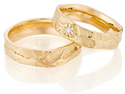 Organische troiuwringen in 14 karaat goud met een diamant