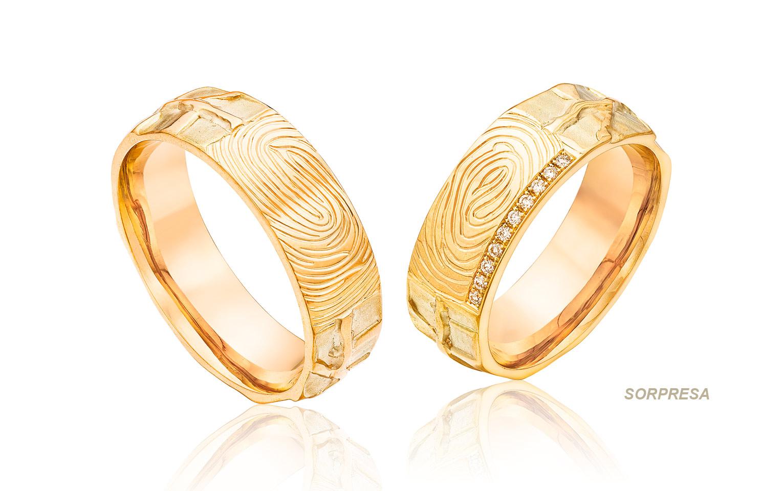Trouwringen van goud met een vingerafdruk met 10 briljanten in organische stijl